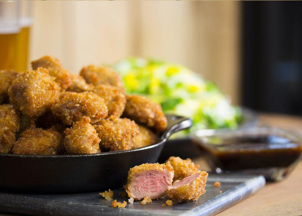 Beignets de poitrine de canard en cubes croustillants à la sauce aigre-douce et sa salade de mangue