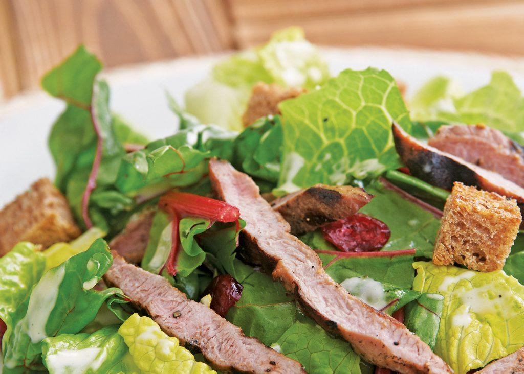 Salade César sucrée à la bette à carde et aux filets de poitrine de canard grillés