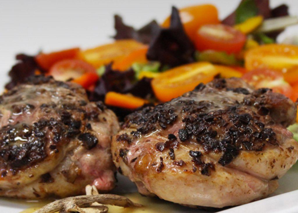 Tournedos de poitrine de canard poêlés, avec enrobage aux champignons secs, crème au cidre de glace et moutarde