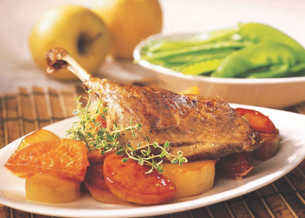 Cuisses de canard confites sur lit de patates douces et de pommes rôties