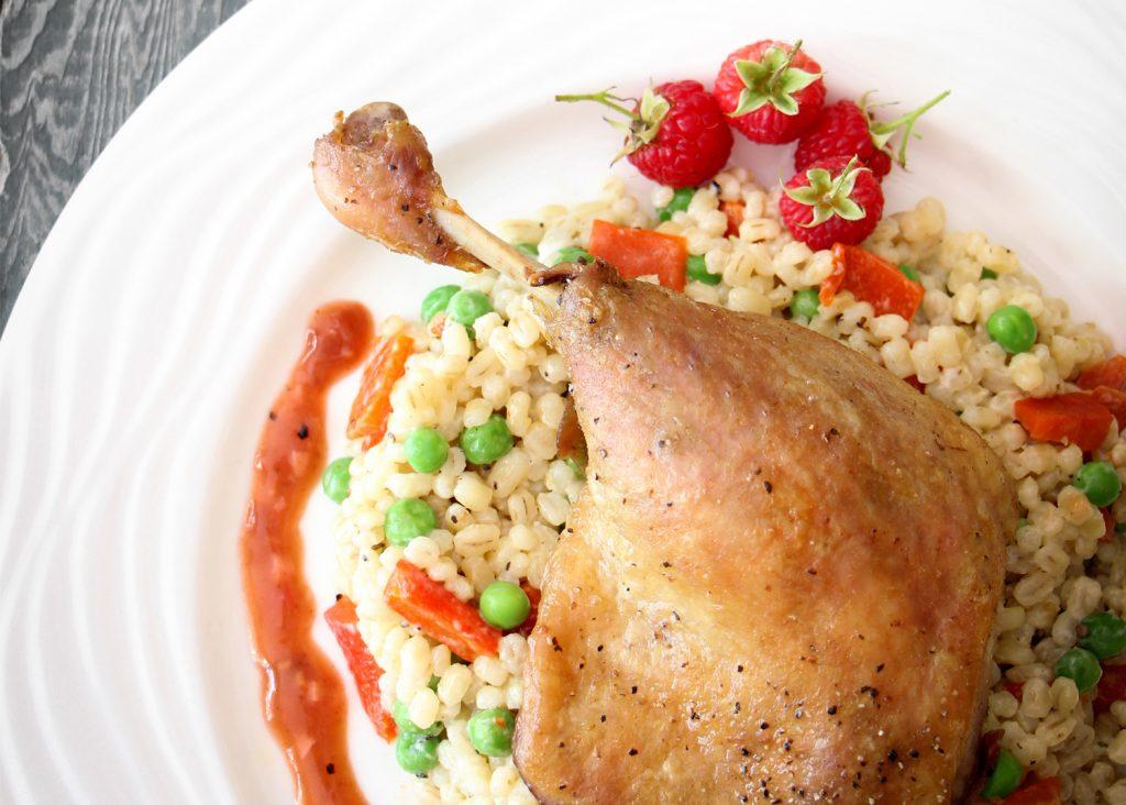 Confit de canard sur lit d orge sauce balsamique l ail et aux framboises canards du lac brome - Recette de cuisse de canard en sauce ...